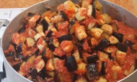 Выливаем перекрученные на мясорубке помидоры
