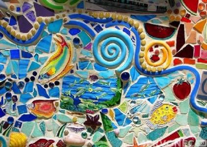 7-YArkaya-mozaika-iz-vsevozmozhnykh-predmetov-422x300.jpg