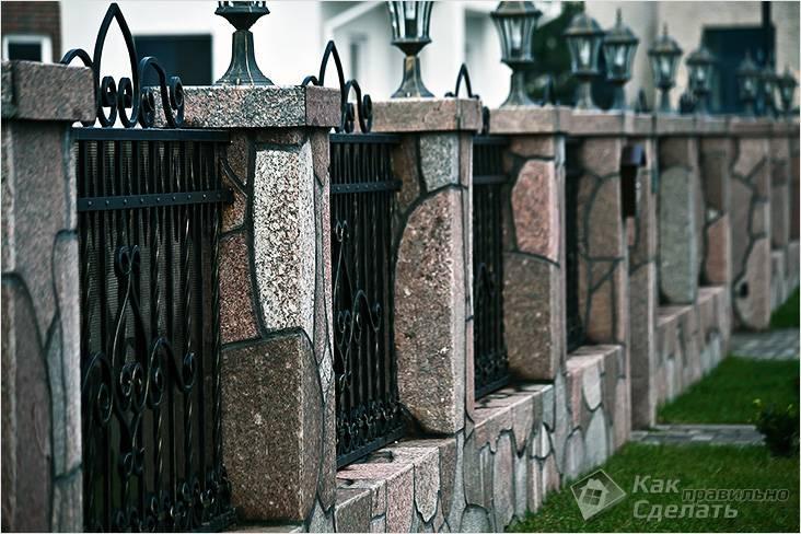 dekorativnaya-otdelka-zabora-kolotym-granitom.jpg