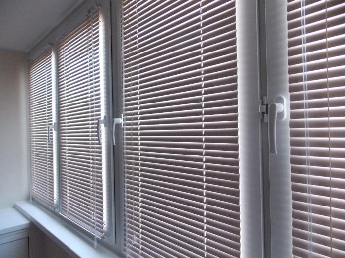 zhalyuzi-na-balkon_5bf9680e6cb3d-t_c.jpg