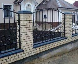Красивый забор из профнастила с элементами ковки